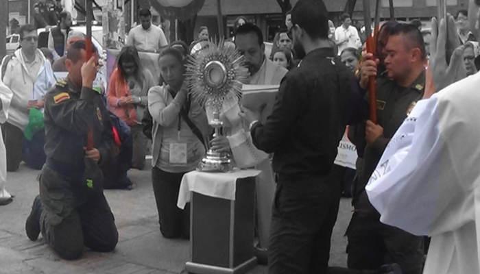 policia acto religioso Colombia