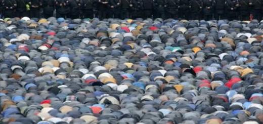 La policía vigila la masiva plegaria de la festividad del 'Eíd el Adha' en Moscú, en el 2014.