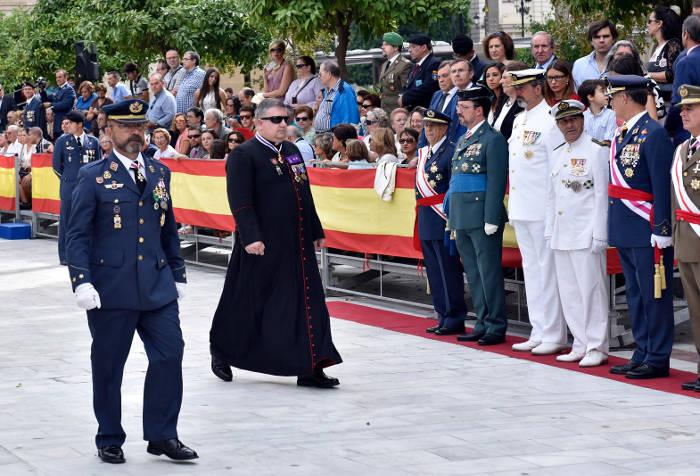 sotana capellan desfile Sevilla 2015