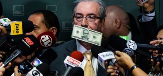 El presidente del Congreso, Eduardo Cunha, recibe una lluvia de dólares falsos en Brasilia, el 4 de noviembre pasado. / WILSON DIAS (AFP)