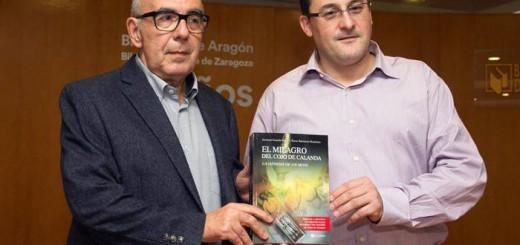 Ángel Briongos (i) y Antonio Gascón (d) presentan su libro 'El milagro del cojo de Calanda. La génesis de un mito', de Editorial Geoda. - JAVIER CEBOLLADA