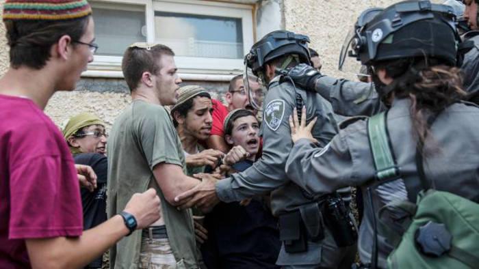Colonos jóvenes chocan con la policía fronteriza en Beit El, 29 de julio de 2015. Reuters