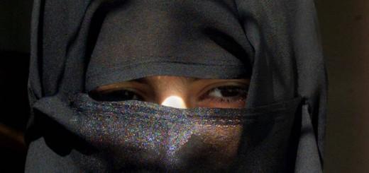 Mujer saudi con niqab en Riad