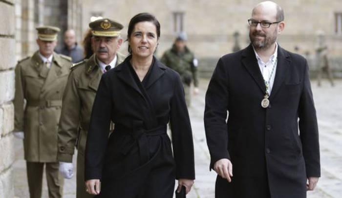 La presidenta del Parlamento de Galicia, Pilar Rojo, con el alcalde compostelano, Martiño Noriega, en los actos previos a la misa en la Catedral. / Lavandeira Jr (EFE)