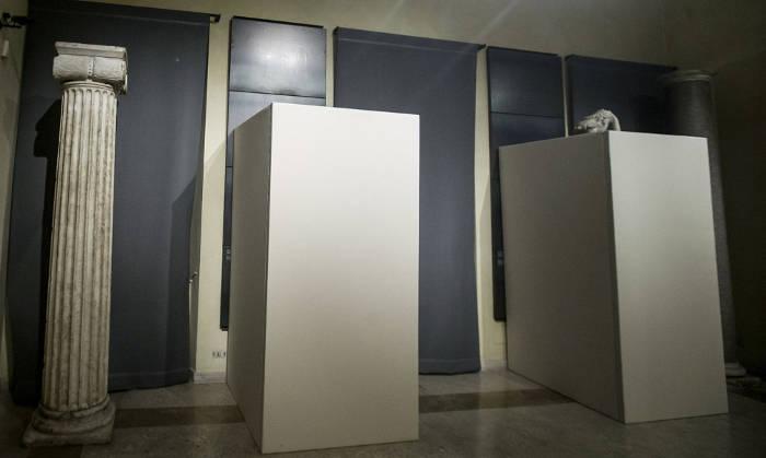 Estatuas cubiertas en los Museos Capitolinos con motivo de la visita de Rohani, este lunes en Roma. Giuseppe Lami AP