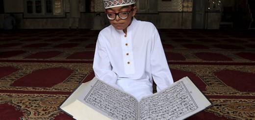 pakistan rezando coran mezquita