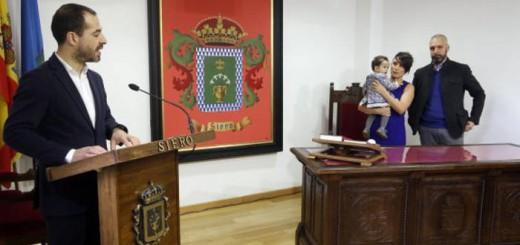 Ángel García durante la celebración con los padres Isaac García y Mariela Ibán y su hija Ayalga. / S. S. M.