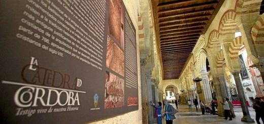 Un cartel en el interior de la Mezquita nombra el monumento como Catedral de Córdoba. MADERO CUBERO
