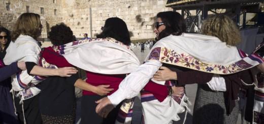 Miembros del grpo Mujeres del Muro de las Lamentaciones celebran en la plaza la decisión del Gobierno israelí. JIM HOLLANDER EFE