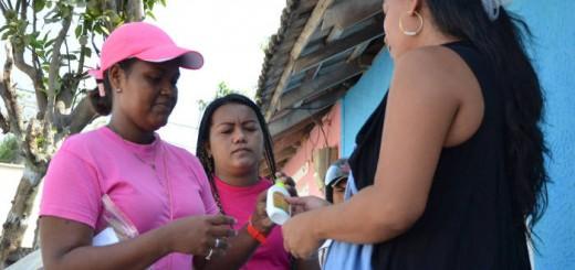 Una trabajadora proporciona repelente y preservativos a varias mujeres en Barranquilla, Colombia, en la campaña contra el zika.  REUTERS