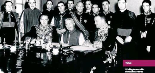 EFE Sentados, el ministro Alberto Martín Artajo, el cardenal Domenico Tardini y el embajador Fernando Castiella, en la firma del Concordato.