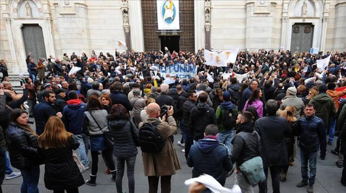 protesta ante catedral Napoles 2016