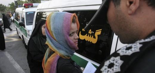 policia detiene mujer Iran 2016