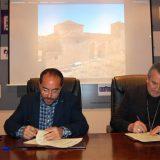 El presidente de la Diputación Provincial, Luis Rey, y el obispo de Osma-Soria, Gerardo Melgar, durante la firma del convenio de reparación de iglesias.Dip. Soria