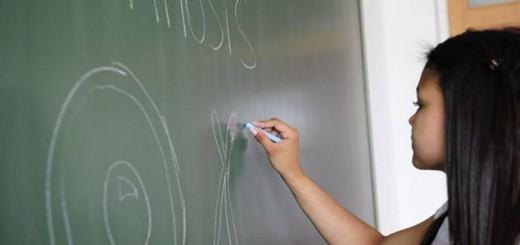 alumna en clase escuela publica