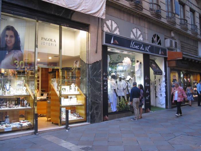 Bajos comerciales, una joyería y dos tiendas de confección, en la calle Zacatín, el centro comercial de Granada, exentos de IBI