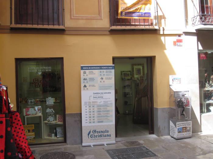 Librerái y tienda de recuerdos religiosos del arzobispado en la Alcaicería, junto a la Catedral