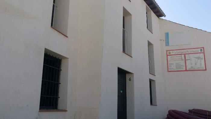 Edificio de 6 viviendas en el Albayzín rehabilitado con ayudas públicas y que lleva más de tres años cerrado.