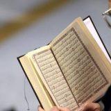 leyendo Coran musulman mezquita Estrasburgo 2016