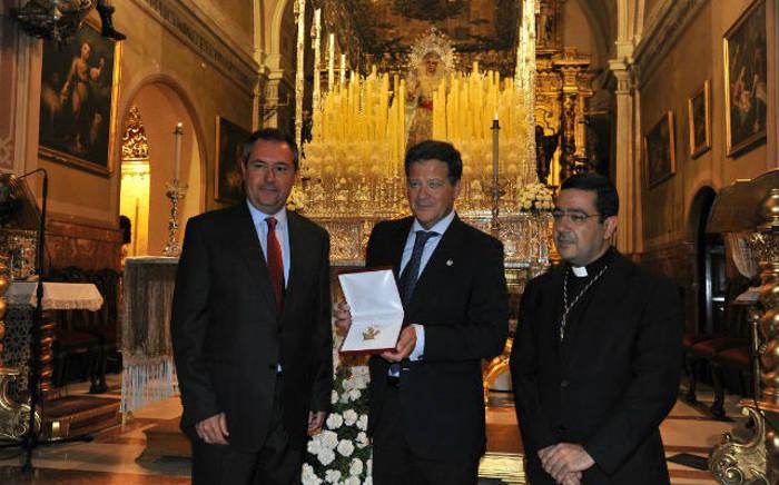 Juan Espadas entrega la medalla de la ciudad a la hermandad de la Paz / M. J. RODRÍGUEZ RECHI
