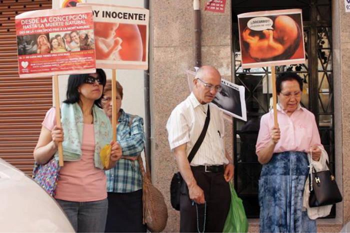 Antiabortistas en una concentración en Barcelona. / ESTEL·LA MARCOS