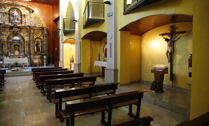 Iglesia del asilo de Ciaño, donde se prevé llevar la talla de la Virgen del Carbayu. / JUAN CARLOS ROMÁN