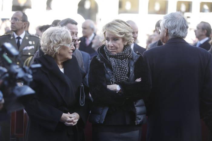 La alcaldesa de Madrid, Manuela Carmena, junto a la portavoz del PP en el Ayuntamiento, Esperanza Aguirre, asiste a la misa de la Almudena en la Plaza Mayor. Foto El País