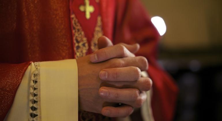 sacerdote-orando