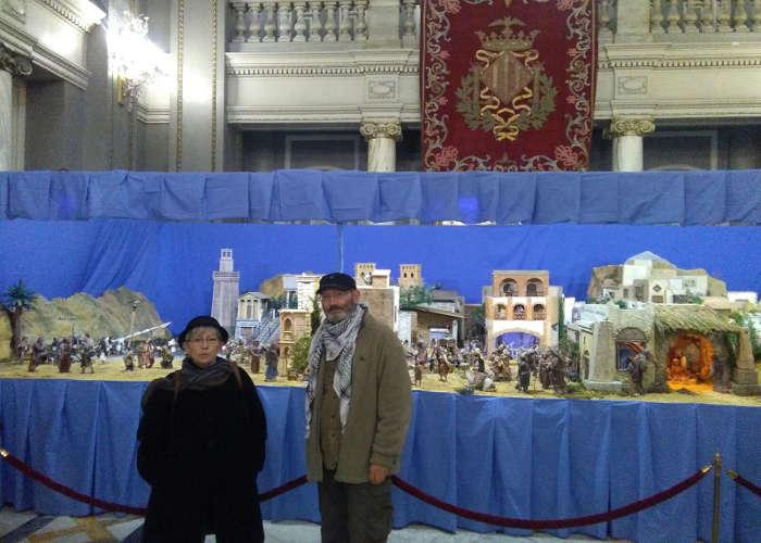 Raquel Ortiz de Valencia Laica y Marc Cabanilles de AVALL ante el belén en el Ayuntamiento de Valencia. 2016