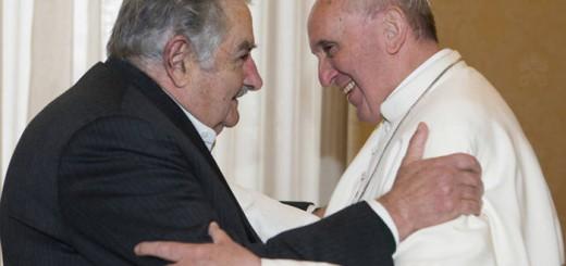 El Papa Francisco se reúne con el presidente uruguayo José Mujica durante una audiencia privada en el Vaticano el 1 de junio de 2013 - Reuters