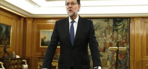 Mariano Rajoy jura el cargo de presidente del Gobierno ante la Biblia, la Constitución y un crucifijo, el 31 de octubre 2015 en la Zarzuela.
