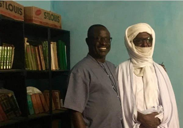 El Imán Assadek y el padre Nicolas comparten proyectos en su comunidad local desde hace décadas. TOMÁS PASTOR