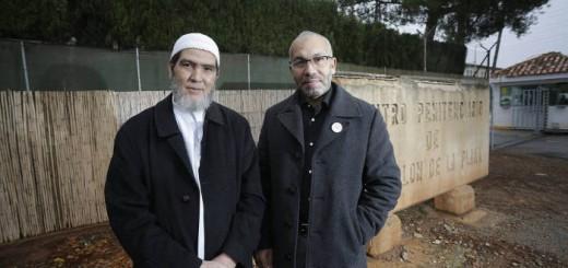 Salah Ouakili (derecha) y Adelmalik Sbai (izquierda) imames de las mezquitas de Almassora y El Grao de Castelló, ante las puertas del Centro Penitenciario Castellón I, donde prestan atención religiosa a internos musulmanes. ANGEL SANCHEZ EL PAÍS
