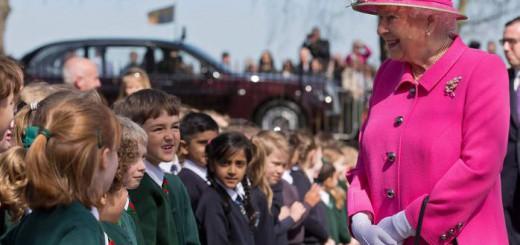 Reina Inglaterra con escolares