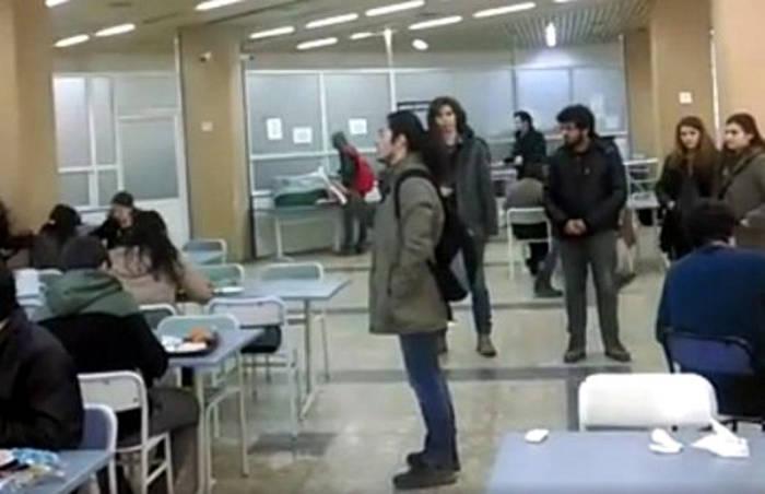 Momento en que varios estudiantes de la Universidad de Dokuz Aylul defienden públicamente el laicismo. / Bianet