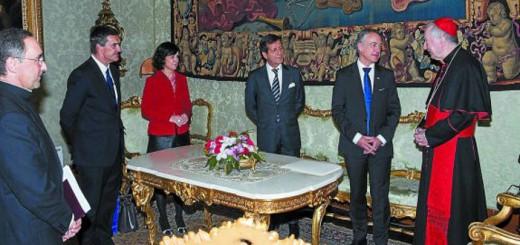 Iñigo Urkullu, junto al cardenal Parolin, el embajador Eduardo Gutiérrez Sáenz de Buruaga, Marian Elorza y Jonan Fernández en la reunión del pasado viernes en el Vaticano. / EFE