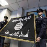 policia con bandera yihadista