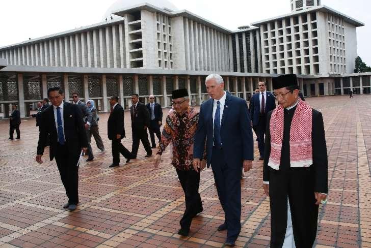 Mike Pence vicepresidente USA 2017 visita mezquita Yakarta