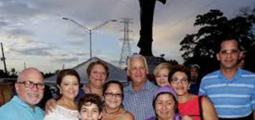 El alcalde con un grupo de personas de Guaynabo al momento de revelarse la estatua en octubre pasado.