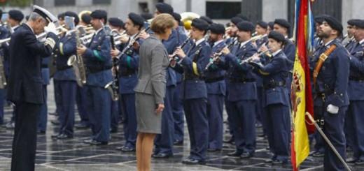 ministra defensa y bandera