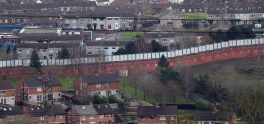 muro en Irlanda del Norte separando barrios catolicos y protestantes