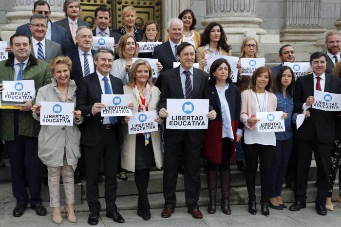 Protesta del PP contra el anuncio de la Generalitat valenciana del cierre de 31 unidades de bachillerato en colegios concertados. CHEMA MOYA EFE