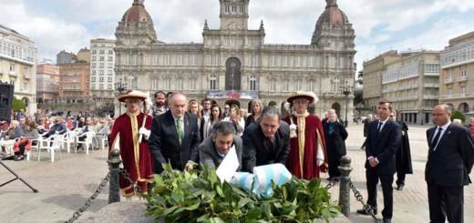 Xulio Ferreiro realizó tres ofrendas florales, la última ante la estatua de María Pita | javier alborés