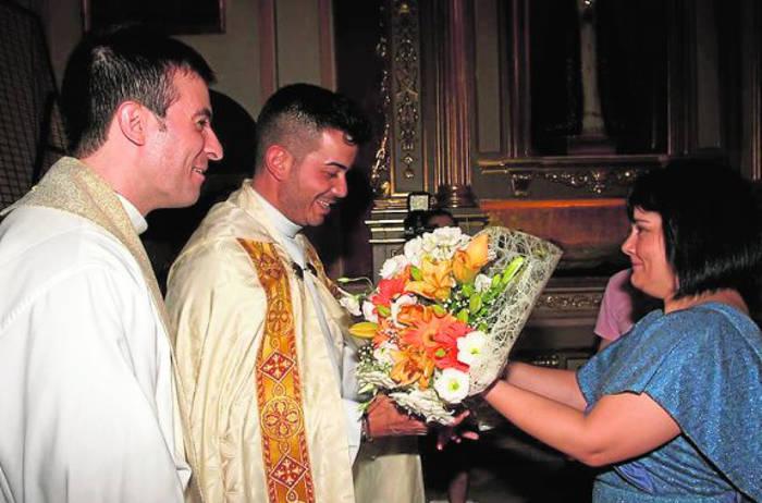 El cura y la alcaldesa de Librilla (Murcia) durante una ofrenda floral en la iglesia