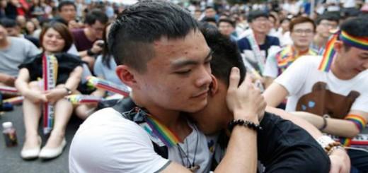 Dos integrantes de la comunidad LGBT se abrazan mientras celebran la decisión del Tribunal Constitucional sobre el matrimonio entre personas del mismo sexo ante el Parlamento en Taipei / EFE