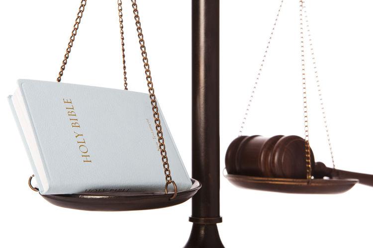 La constitución política de Costa Rica establece que el Presidente y vicepresidentes, ministros, magistrados del Tribunal Supremo de Elecciones y de la Corte Suprema de Justicia, deben ser del estado seglar.