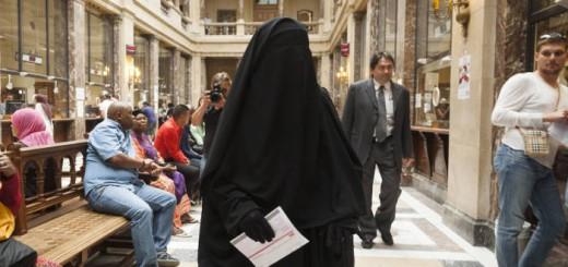 mujer musulmana con niqab Belgica 2017