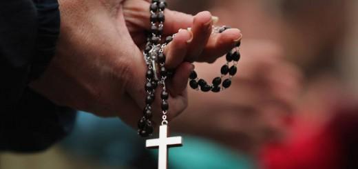 Mujer-Rezando rosario