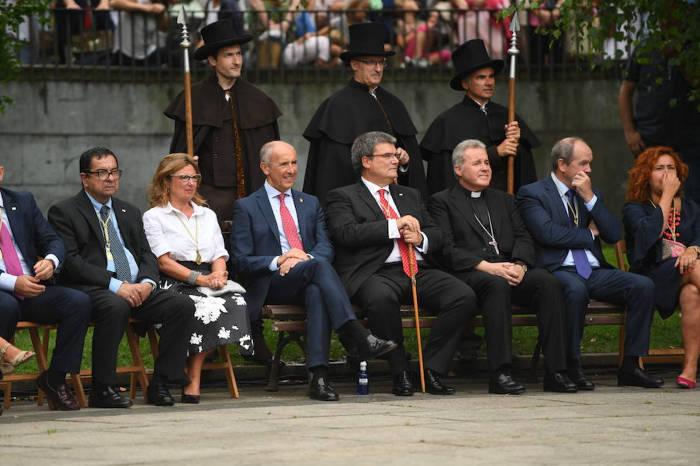 autoridades y obispo misa virgen Bilbao 2017