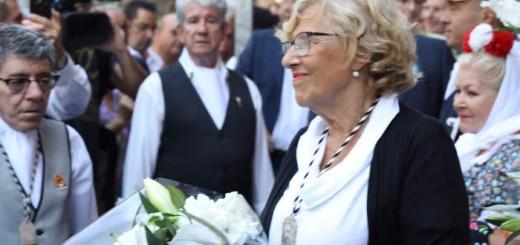 carmena con escapulario ofrenda Virgen de la Paloma 2017